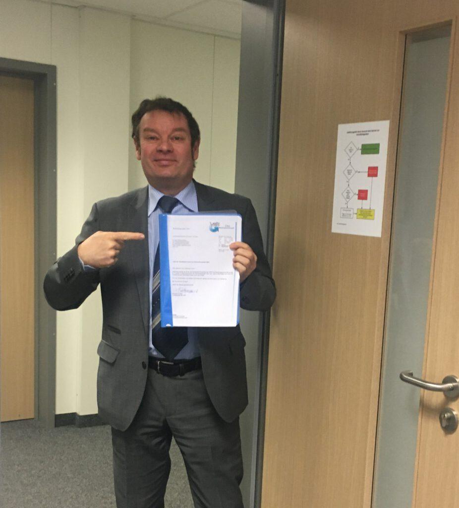 VRFF-Vorstandsmitglied Veit Scheller gibt die VRFF-Wahlliste beim Wahlvorstand ab.
